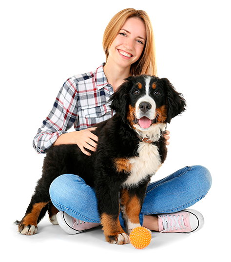 Moça sorrindo com um cão